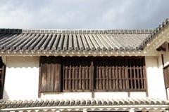 Fenêtre et toit de la tradition japonaise maison à moitié en bois et à moitié en béton au Japon photographie stock libre de droits
