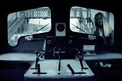 Fenêtre fantomatique effrayante de train d'extérieur de femme Photographie stock libre de droits