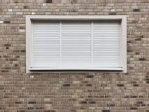 Fenêtre fermée avec des volets de roulement ou des abat-jour de rouleau photo libre de droits
