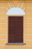 Fenêtre fermée d'une vieille maison Photos stock