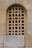 Fenêtre fine de trellis dans l'église pré-romane Image stock