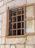 Fenêtre grande ouverte avec des barres photographie stock libre de droits
