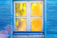 Fenêtre grecque de beau vintage avec les volets bleus Photo grecque typique Photographie stock