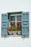 Fenêtre grecque traditionnelle avec des fleurs sur l'île de Mykonos image stock