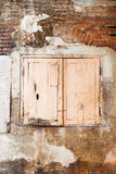 Fenêtre isolée sur le mur de briques d'un vieux bâtiment Images stock