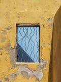 Fenêtre jaune - vues du Curaçao de secteur de Petermaai images stock