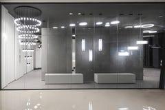 Fenêtre légère de magasin dans le centre commercial images libres de droits