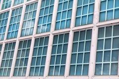 Fenêtre large de vintage avec la réflexion de ciel Photographie stock libre de droits