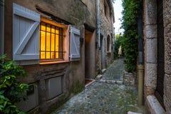 Fenêtre lumineuse le soir aux vieux steets Image libre de droits