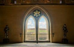 Fenêtre médiévale de château avec la vue Image stock