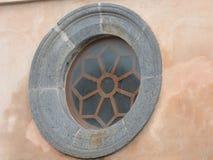 Fenêtre médiévale ronde de d avec un cadre en pierre photo libre de droits