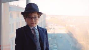 Fenêtre mignonne de Suit Look Office d'homme d'affaires d'usage de garçon banque de vidéos