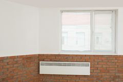Fenêtre moderne avec des abat-jour dans la chambre image stock