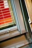 Fenêtre moderne avec les abat-jour intégrés Image libre de droits