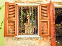 Fenêtre orange - vues du Curaçao de secteur de Petermaai images stock