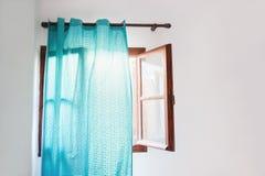 Fenêtre ouverte avec les rideaux bleus Photos libres de droits