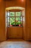 Fenêtre ouverte dans l'intérieur en bois de chambre Photographie stock libre de droits