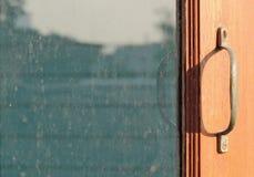 Fenêtre ouverte de lron de main images libres de droits