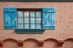 Fenêtre ouverte sur le mur images libres de droits