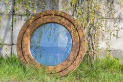 Fenêtre ovale ronde composée en aluminium en bois Images stock
