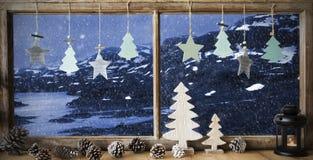 Fenêtre, paysage d'hiver, décoration de Noël Photo stock
