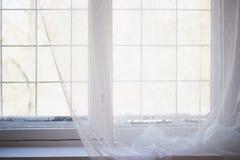 Fenêtre peinte par blanc avec le vieux cadre en bois L'intérieur de l'appartement ou de la maison Lumière du jour Image libre de droits