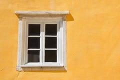 Fenêtre portugaise typique contre un mur coloré de plâtre photos libres de droits