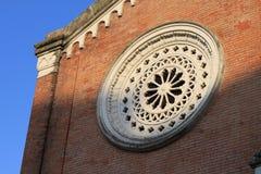 Fenêtre ronde à l'église en Italie photos libres de droits