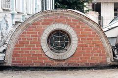Fenêtre ronde avec le gril Image stock