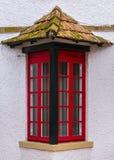 Fenêtre rouge avec un toit Photo libre de droits