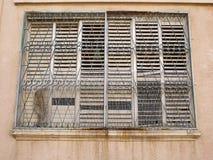 Fenêtre sale avec les barres de fer rouillées Images stock