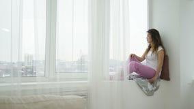 Fenêtre se reposante de fille de l'adolescence calme décontractée oisive de loisirs clips vidéos