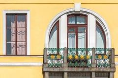 Fenêtre semi-circulaire avec le balcon photo libre de droits