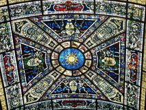 Fenêtre Stainglass en verre souillé de plafond Photos libres de droits