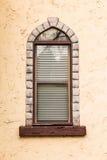 Fenêtre sur la façade de la taverne Image libre de droits
