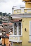Fenêtre sur le coin d'un bâtiment colonial dans la vieille ville, Quito, Equateur Photographie stock libre de droits