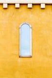 Fenêtre sur le mur jaune Images libres de droits