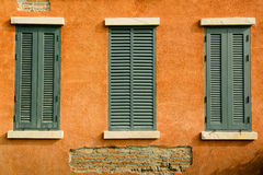Fenêtre sur le mur orange Images stock