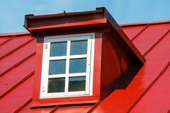 Fenêtre sur le plancher de grenier Toit rouge de couture images stock