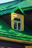 Fenêtre sur le plancher de grenier Toit vert de couture image libre de droits