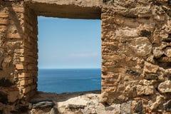 Fenêtre sur le vieux mur de château Images libres de droits