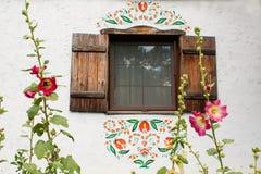 Fenêtre sur le vieux mur de la maison ukrainienne traditionnelle Image stock