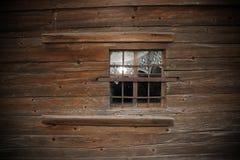 Fenêtre sur le vieux mur en bois d'église Photographie stock libre de droits
