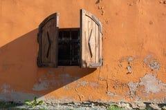 Fenêtre sur le vieux mur jaune Photo stock