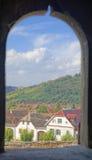 Fenêtre sur Mosna, la Transylvanie, Roumanie Photographie stock