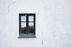 Fenêtre sur un mur blanc Photos stock