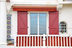 Fenêtre sur une maison typique de saint jean de luz image libre de droits
