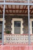 Fenêtre sur une terrasse victorienne de style photos stock
