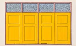 Fenêtre thaïlandaise traditionnelle de jaune de style Photographie stock