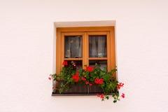 Fenêtre traditionnelle décorative d'une maison alpine Images stock